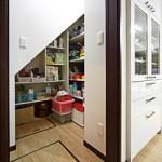 階段下に押入れ収納 無駄をなくすスペース有効活用術